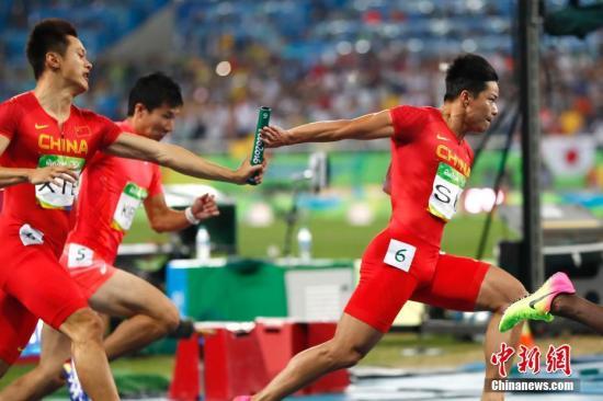 资料图:里约奥运会男子4x100米接力决赛中,中国队在比赛中交接棒。中新网记者 富田 摄