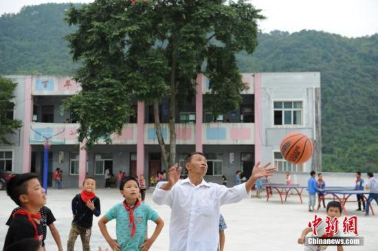 资料图:贵州黄平乡村教师与学生一起上体育课。中新社记者 贺俊怡 摄