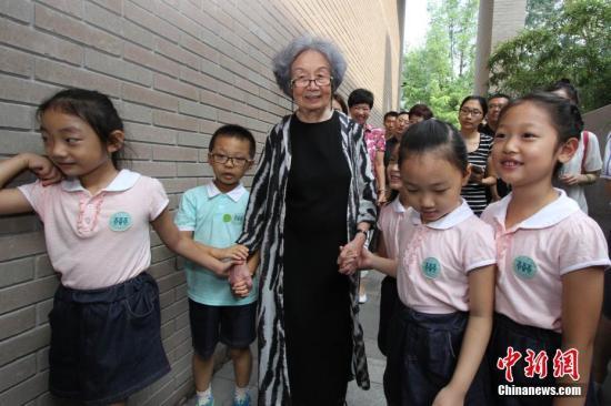资料图:图为南开大学幼儿园的孩子们与叶嘉莹携手走进迦陵学舍。 <a target='_blank' href='http://www.chinanews.com/'>中新社</a>记者 张道正 摄