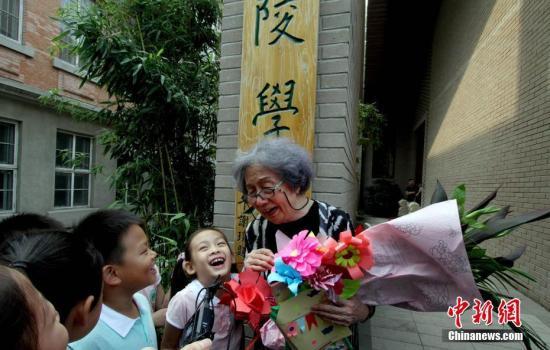 资料图:南开大学教授、中国古典诗词大家叶嘉莹先生,与其来自海内外的弟子及读者粉丝在迦陵学舍内共同欢度教师节。 中新社记者 张道正 摄