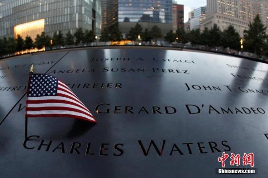 """当地时间2016年9月9日,美国纽约,当地民众举行""""9・11""""事件15周年纪念活动。图为反思池周围的遇难者名单。"""
