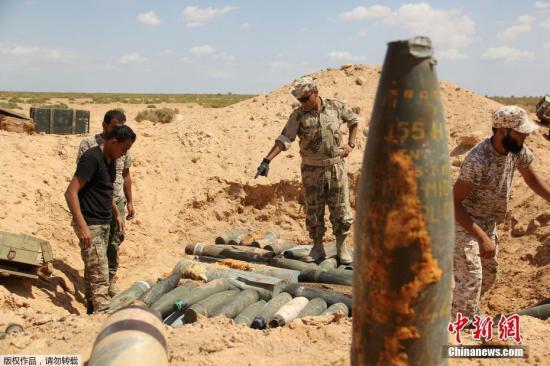 当地时间2016年9月9日,利比亚米苏拉塔,利比亚政府军销毁极端组织遗留的炸药和炮弹。