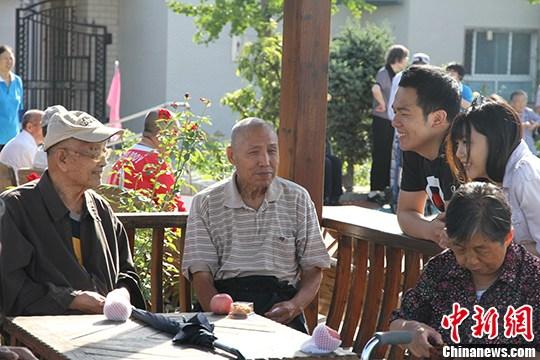 资料图:图为内地港生志愿者和老人们自在交谈。 <a target='_blank' href='http://www.chinanews.com/'>中新社</a>记者 吕少威 摄