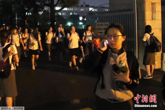 当地时间9月12日晚间,韩国庆尚北道庆州西南方向接连发生5.1级和5.8级地震,当地民众纷纷逃到开阔地带进行避险。截至发稿时止,当地尚无人员伤亡报告。