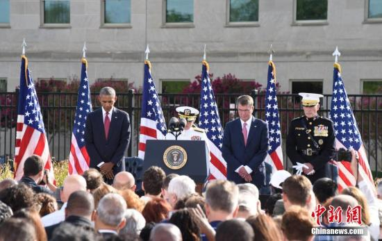 """美国""""9・11""""事件15周年纪念日,美国总统奥巴马出席在五角大楼""""9・11""""纪念园举办的纪念活动,为遇难者默哀,敬献花环,并面向全美发表讲话。 记者 张蔚然 摄"""