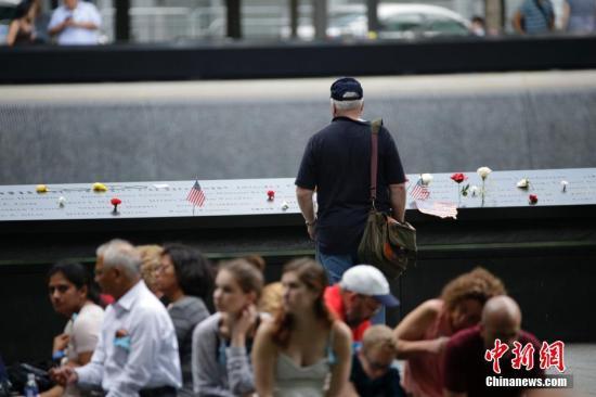 资料图:911纪念公园里的民众。<a target='_blank' href='http://www.chinanews.com/'>中新社</a>记者 廖攀 摄