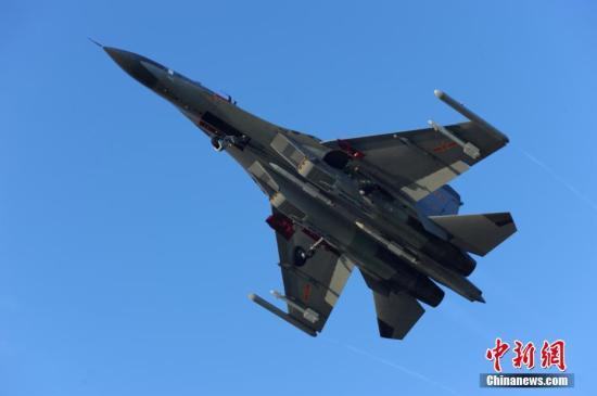 9月12日,中国空军组织轰炸机、歼击机、预警机、加油机等多型战机,飞经巴士海峡赴西太平洋进行远海训练。据介绍,此举是中国空军通过训练提升能力,以维护国家主权、保卫国家安全、保障和平发展的需要。图为空军歼-11战机飞赴西太平洋远海训练。发 范以书 摄