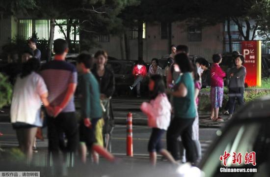 韩国气象厅于当地时间9月12日晚间举行记者会表示,当晚8点32分,韩国东南部庆州市附近发生两次5级以上强震,其中一次5.8级强震震级达到韩国史上最高水平,但没有引发海啸的可能性。据韩国119紧急救助服务接报,庆州有2人在地震中受伤。