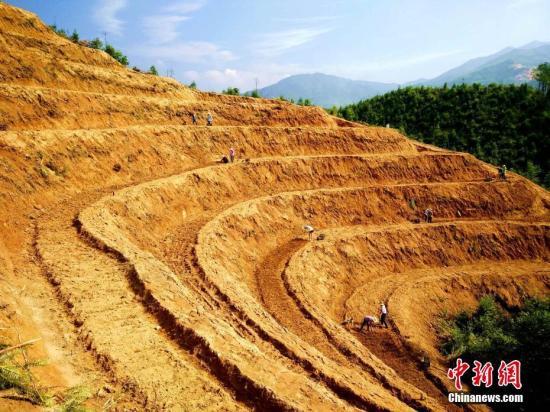 资料图:江西省万载县白水乡一处山村梯田。邓龙华 摄
