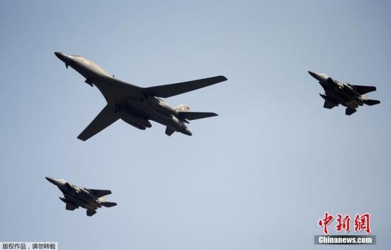 据外媒报道,当地时间9月13日上午,美军两架B1-B兰斯轰炸机从关岛安德森空军基地出发,进入驻韩美军乌山空军基地临近空域。