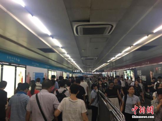 图为北京地铁高峰时段。中新网记者 翟璐 摄