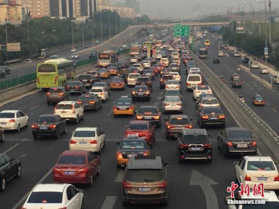图为四惠出京方向车辆行驶缓慢。中新网记者 翟璐 摄