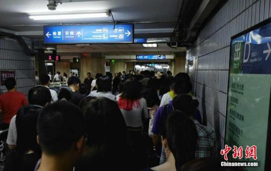 图为北京地铁客流量高峰时段。记者 李卿 摄