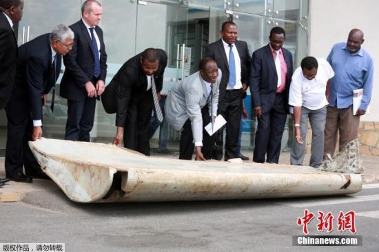 资料图:当地时间2016年9月15日,马来西亚交通部长廖中莱15日在吉隆坡说,在非洲坦桑尼亚海滩发现的大块飞机碎片,证实是坠入印度海的马航MH370客机残骸之一。