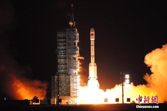 """资料图:2016年9月15日22时04分,搭载天宫二号空间实验室的长征二号F T2运载火箭,在中国酒泉卫星发射中心点火发射。约575秒后,""""天宫二号""""与火箭成功分离,进入预定轨道。/p中新社发 孙浩 摄"""