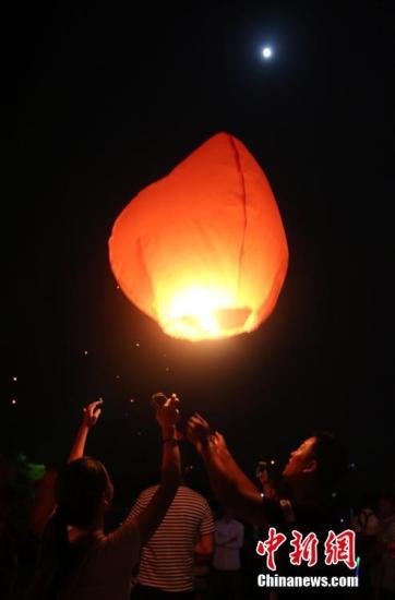资料图:民众燃放孔明灯庆祝中秋佳节。 尹海明 摄