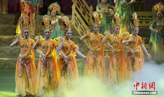 美女献舞。 南如卓玛 摄