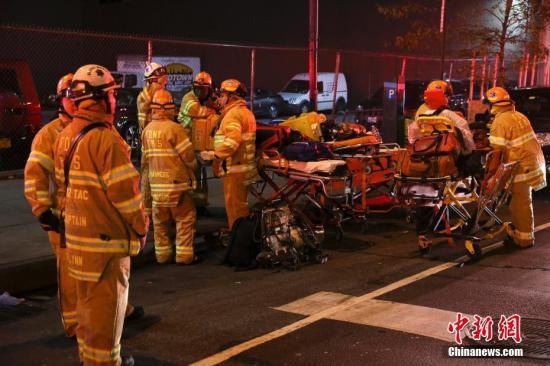 """资料图:当地时间2016年9月17日晚,美国纽约市曼哈顿发生爆炸事件,伤者人数已上升至29人,一人伤势较重,但无生命危险。初步调查显示,这是一起""""有意行为"""",但目前尚无证据显示爆炸与恐怖袭击有关。图为现场的救援人员。<a target='_blank' href='http://www.chinanews.com/'>中新社</a>记者 刘震 摄"""