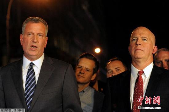 """美国纽约警察局局长杰姆斯奥尼尔和纽约市市长在新闻发布会上讲话。纽约市市长比尔·德布拉西奥(白思豪)说,9月17日晚在纽约曼哈顿发生的爆炸是人""""有意为之"""",小小忍者快速赚钱,但目前没有可靠信息表明这是一起恐怖袭击。另据纽约警方消息,受伤人数已上升至29人。"""