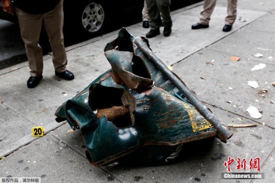 当地时间2016年9月18日,美国纽约,疑似被投放爆炸装置的垃圾桶曝光,纽约市长白思豪和纽约州长安德鲁・库默视察现场。据报道,纽约曼哈顿区切尔西社区9月17日发生爆炸,目前已造成29人受伤,警察在现场进行调查。