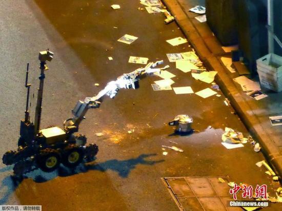 美国本土在过去两天内发生三起爆炸事件。目前,三起事件仍在调查中,它们之间是否存在关联尚不得知。图为当地时间9月18日,纽约警方的拆弹机器人探测一枚爆炸装置。