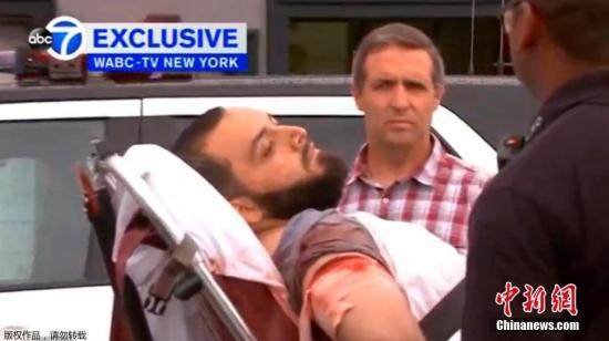 当地时间9月19日,美国新泽西州一家电视台的视频画面显示,纽约爆炸案疑犯拉哈米在被警方枪击后受伤落网。美国纽约市警方当日发布通缉令,认定28岁的艾哈迈德·汗·拉哈米为17日纽约曼哈顿切尔西区爆炸事件的嫌疑人。