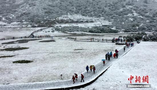 资料图:四川甘孜州稻城亚丁景区雪花飘舞。 钟欣 摄