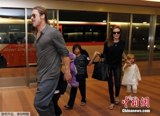 2013年7月28日,皮特和朱莉带着她们的孩子前往日本东京,一家人其乐融融。