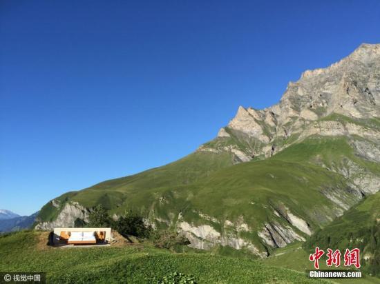 资料图:瑞士阿尔卑斯山脉上的一家酒店,无墙无顶。图片来源:视觉中国