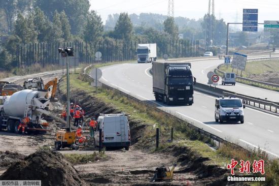 据悉,这条由英国出资兴建的围墙位于连接加莱港公路的两侧,预计高4米、长1公里,耗资约270万欧元(约合人民币2008.18万元),整个工程预期将于年底前完工。