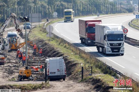 当地时间2016年9月21日,法国北部港口城市加莱修建围墙,阻止非法移民通过海底隧道前往英国。