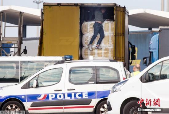 加莱是英法海底隧道的必经之路,这里是身在法国的非法移民前往英国的聚集地,移民们通过藏在货车内偷过海底隧道的方法前往英国。图为一名企图藏在车厢内偷渡的移民被警察发现。