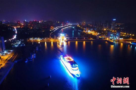 資料圖:遊輪夜遊長江三峽,船似珍珠美如畫。周星亮 攝