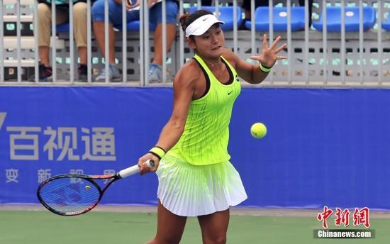 资料图:中国选手王雅繁在比赛中。当日,2016武汉网球公开赛揭开序幕,率先进行的资格赛包括8名中国选手在内的32名选手为8个正赛名额而战。 <a target='_blank' href='http://www.nulixue.com/'>中新社</a>记者 张畅 摄