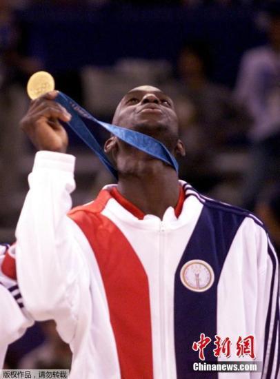 2000年悉僧奥运会,因为中好分正在统一小组,减内特战他的队友们有了一个闭于姚明战100万美圆的赌约。材料图:图为本地工夫2000年10月1日,好国须眉篮球队击败法国队得到2000年悉僧奥运会男篮冠军,凯文减内特站正在发奖台上展现他的金牌。