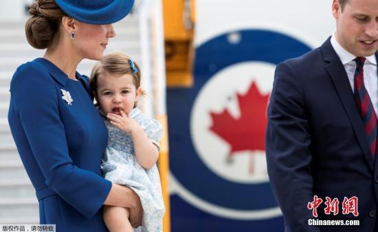 当地时间9月24日,英国威廉王子携妻子凯特王妃,带着乔治小王子和夏洛特小公主抵达加拿大。这是16个月大的夏洛特公主首次出访。