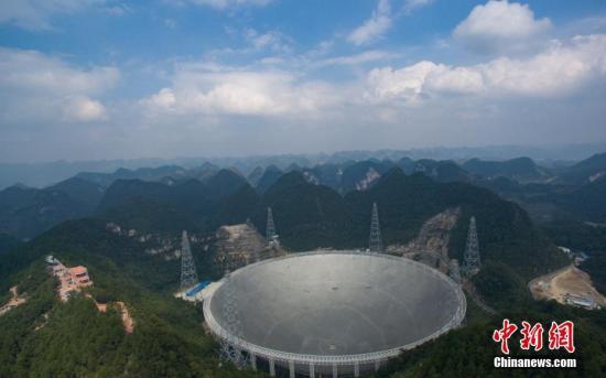 图为世界最大单口径射电望远镜�D�D500米口径球面射电望远镜(简称FAST)。中新社记者 贺俊怡 摄