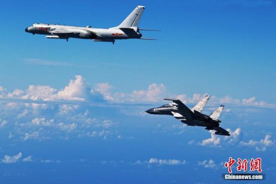 9月25日,中国空军多型战机飞越宫古海峡检验远海实战能力。图为轰-6k、苏-30战机参加训练。中新社发 邵晶 摄
