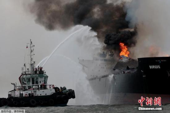 墨西哥湾一艘油轮失火 火势剧烈冒出浓密黑烟