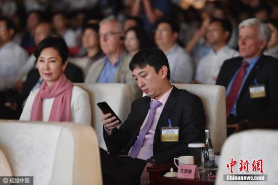 2016年9月24日,萬達集團董事長王健林攜夫人和兒子王思聰出席合肥市萬達城的開業慶典。儀式上的王思聰拿著亮黑色iphone7plus。圖片來源:視覺中國