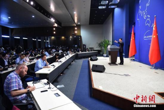 资料图片,中国外交部新闻发言人耿爽主持例行发布会。中新社记者 侯宇 摄