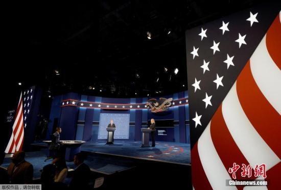 当地时间2016年9月25日,美国纽约,霍夫斯特拉大学正准备布置9月26日美国大选第一场候选人辩论的会场。两名大学生分别扮演特朗普和希拉里进行彩排。
