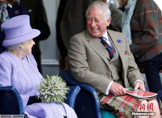 """好心态王子查尔斯 人生在世,还有什么事情比开心更重要,查尔斯王子用自己举了一个最恰当的例子。作为英国王位第一继承人,同时也是英国历史上等待王位最久的王储。登不登上王位到了这个年龄也是不重要了,虽然2008年,82岁的女王已经改变了""""永不退位""""的承诺,计划在2013年自己87岁时正式退位,从而将王位传给查尔斯,但至今伊丽莎白二世也未退位。呐,开心最重要,别的都是身外之物了。"""