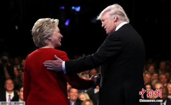 本地时刻9月26日晚,美国大选首场总统提名人答辩退场,希拉里特朗普表态会场。