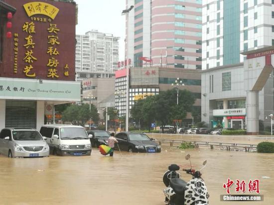 """9月28日,本年第17号飓风""""鲇鱼""""以飓风级登岸福建省泉州市惠安县内地,福州遭强降雨侵袭,大街被大水吞没。龙敏 摄"""