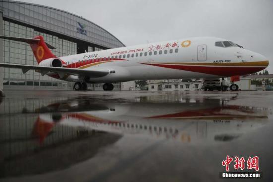 中国商飞公司在上海向成都航空公司交付第二架ARJ21新支线喷气客机(资料图)。 商飞 供图