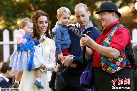 9月29日,威廉王子携凯特王妃继续访问加拿大之旅,夫妇二人带乔治王子和夏洛特公主出席在维多利亚市政府大厦举行的儿童聚会。