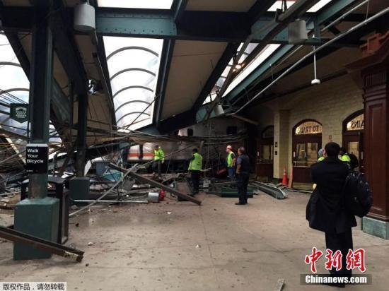 当地时间9月29日上午,美国新泽西霍博肯车站一列通勤火车发生脱轨事故,最新消息显示,事故造成1人死亡,108人受伤。中国驻纽约总领馆称,一名男性中国公民在事故中受伤,无生命危险。图为事故现场。