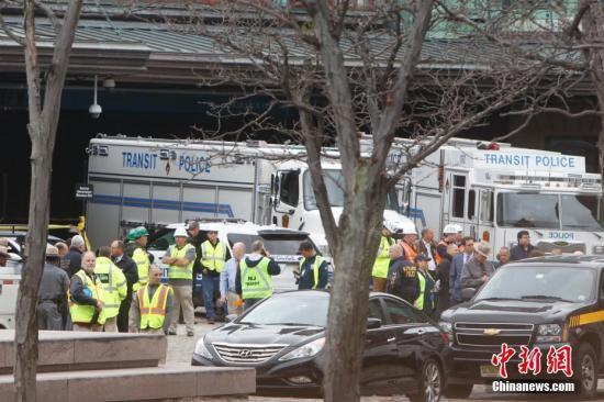 当地时间9月29日上午,美国新泽西霍博肯车站一列通勤火车发生脱轨事故,最新消息显示,事故造成1人死亡,108人受伤。图为救援人员在火车站外。 中新社记者 廖攀 摄