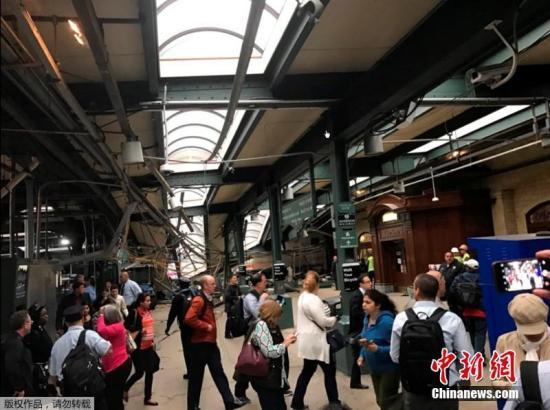 当地时间9月29日上午,美国新泽西霍博肯车站一列通勤火车发生脱轨事故,最新消息显示,事故造成1人死亡,108人受伤。中国驻纽约总领馆称,一名男性中国公民在事故中受伤,无生命危险。图为民众围观事故现场。